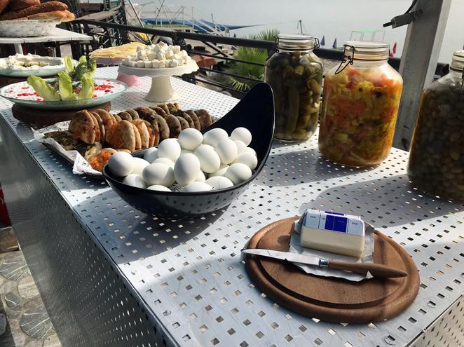 ארוחת בוקר לחוף הכנרת